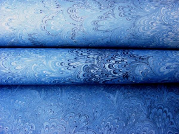 papier marmurkowy niebieski bouquet (pawie ogony)papier introligatorski, papier marmoryzowany, papier marmurkowy malowany ręcznie na powierzchni wody, marbling art