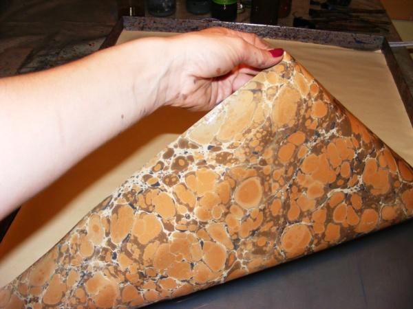 papier marmurkowy brązowy battal podczas malowania, papier marmoryzowany, papier introligatorski